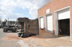 truck 2501 Dump truck loses balance